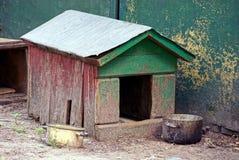 Une vieille boîte vide en bois vide et des casseroles vides pour la nourriture Photo stock