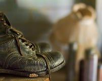 Une vieille botte abandonnée montrant son âge Photo libre de droits