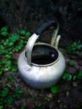 Une vieille bouilloire avec le mur de briques image stock