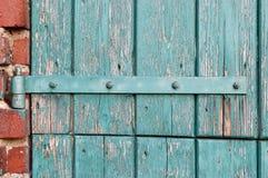 Une vieille charnière de porte. images libres de droits