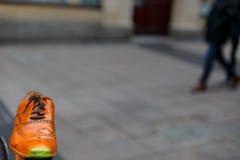 Une vieille chaussure au milieu de la rue Photographie stock libre de droits