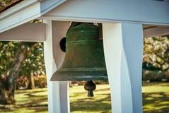 Une vieille cloche de dîner en bronze images libres de droits