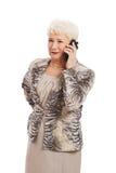Une vieille dame élégante à l'aide du téléphone portable. Image stock