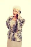 Une vieille dame élégante à l'aide du téléphone portable Photographie stock