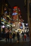 Une vieille et belle rue avec des lumières de Noël Images stock