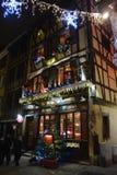 Une vieille et belle taverne avec des lumières de Noël Photographie stock libre de droits