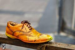 Une vieille et isolée chaussure dans la rue Photo libre de droits