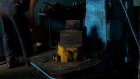 Une vieille forge, un homme du ` s de forgeron prépare le lieu de travail pour le début du jour ouvrable, forge clips vidéos
