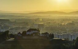 Une vieille forteresse sur la colline pendant le lever de soleil Photos stock