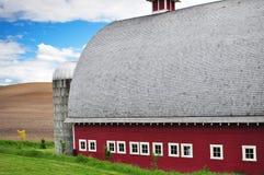 Une vieille grange rouge dans les domaines de blé Photos libres de droits