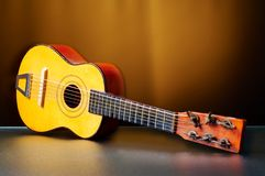 Une vieille guitare pour des enfants images libres de droits
