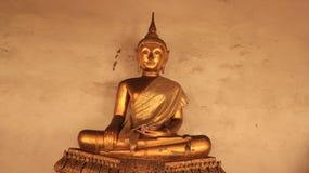 Une vieille image d'or de Buddhas sur le banc doré de stuc Photographie stock libre de droits