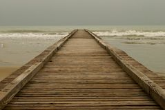 Une vieille jetée en bois qui dépasse la mer à l'infini image stock