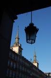 Une vieille lampe avec le commandant de plaza à Madrid, Espagne Image libre de droits