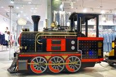 Une vieille locomotive pour des enfants montant au centre commercial photo stock
