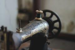 Une vieille machine à coudre rustique Photographie stock libre de droits