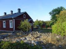 Une vieille maison d'awesom dans l'archipel par le golfe de Finlande images libres de droits
