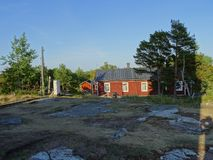 Une vieille maison d'awesom dans l'archipel par le golfe de Finlande image stock