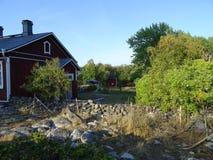 Une vieille maison d'awesom dans l'archipel par le golfe de Finlande photographie stock