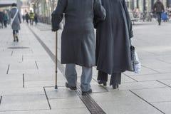 Une vieille marche de couples Image stock