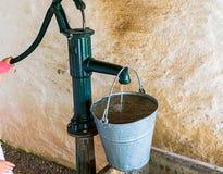 Une vieille pompe à eau favorise l'eau images stock