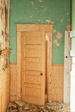 Une vieille porte avec la peinture d'épluchage Photos libres de droits