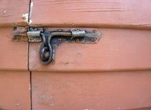 Une vieille porte en bois avec la poignée en métal Photos libres de droits