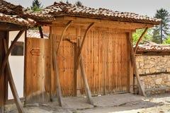 Une vieille porte en bois dans Koprivshtitsa Bulgarie, dès t Image stock