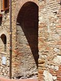 Une vieille porte en bois m?di?vale en Toscane image stock