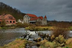 Une vieille rivière de maison tout près Photos stock