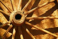 Une vieille roue de chariot photos stock