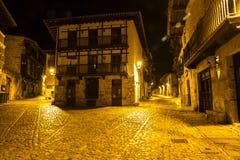 Une vieille rue la nuit avec des lampes Photo libre de droits