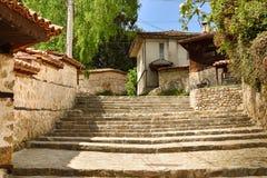 Une vieille rue traditionnelle dans Koprivshtitsa Bulgarie, du Tim Image stock