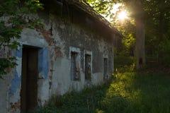Une vieille, ruinée maison Abandonné à la maison Photos stock