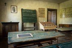 Une vieille salle de classe avec le tableau noir et conseils avec le vieux manuscrit photo libre de droits