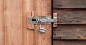 Une vieille serrure ouverte sur une porte en bois photos libres de droits