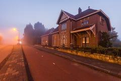 Une vieille station de train appelée et x27 ; Oosteinde& x27 ; et x28 ; 1915-1972& x29 ; à l'aube dans le brouillard de matin photo stock