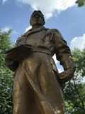 Une vieille statue soviétique se tient en parc ensoleillé Kyiv - en Ukraine Photographie stock libre de droits