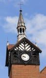 Une vieille tour d'horloge encadrée de bloc et de bois de construction Image libre de droits