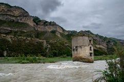 Une vieille tour en rivière dans les montagnes photographie stock