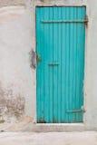 Une vieille turquoise en bois ou une porte verte dans une vieille maison Photographie stock libre de droits