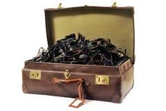 Une vieille valise complètement de lunettes de soleil Images stock