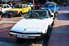 Une vieille voiture classique exposée dans l'exposition en plein air photos libres de droits