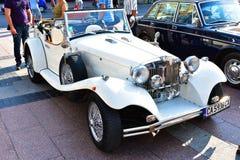 Une vieille voiture classique exposée dans l'exposition en plein air images stock
