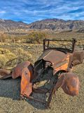 Une vieille voiture rouillée en ville fantôme Ballarat ; Parc national de Death Valley, la Californie, Etats-Unis photo libre de droits