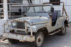 Une vieille voiture tous terrains rouillée blanche Image libre de droits