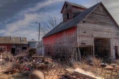 Une vieux ferme et équipement négligés de la moitié du 20ème siècle dedans Photographie stock libre de droits