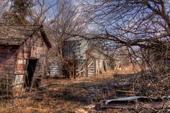 Une vieux ferme et équipement négligés de la moitié du 20ème siècle dedans Image libre de droits