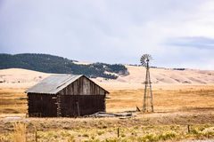 Une vieux grange et weathervane rouges dans le Colorado photo stock