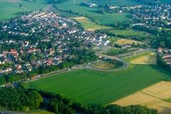 Une ville avec de basses maisons entourées par la route la vue du haut de la troposphère photos stock